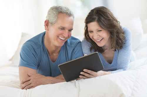 Wechsel PKV - Älteres Paar mit Tablet