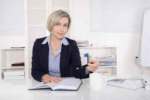 Wechsel PKV - Geschäftsfrau am Schreibtisch