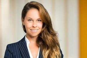 Tarifwechsel Private Krankenversicherung AXA - Wechsel PKV - Lächelnde Geschäftsfrau