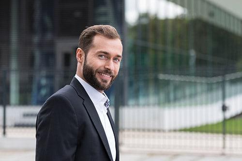 Tarifwechsel Private Krankenversicherung Nürnberger - Wechsel PKV - Zufriedener Geschäftsmann macht Pause