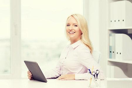 Tarifwechsel Private Krankenversicherung Debeka - Wechsel PKV - Lächelnde Ansprechpartnerin