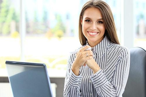 PKV Optimierung - Lächelnde Ansprechpartnerin